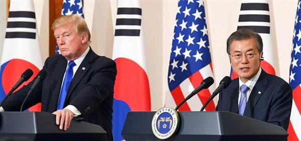 共同記者会見するトランプ米大統領(左)と韓国の文在寅大統領=7日、ソウル(共同)