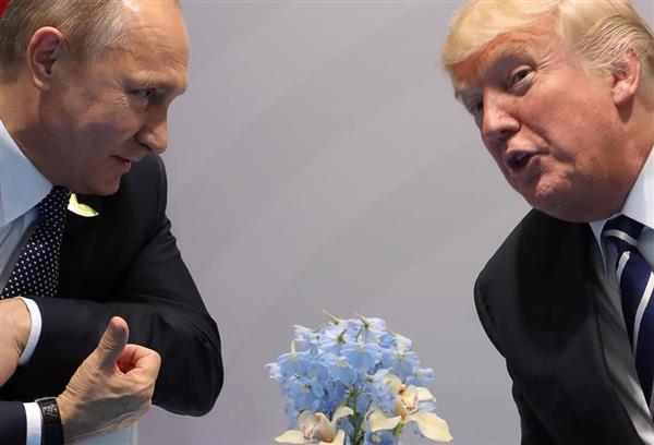 ドイツ・ハンブルクでの初会談で言葉を交わすトランプ米大統領(右)とロシアのプーチン大統領(タス=共同)
