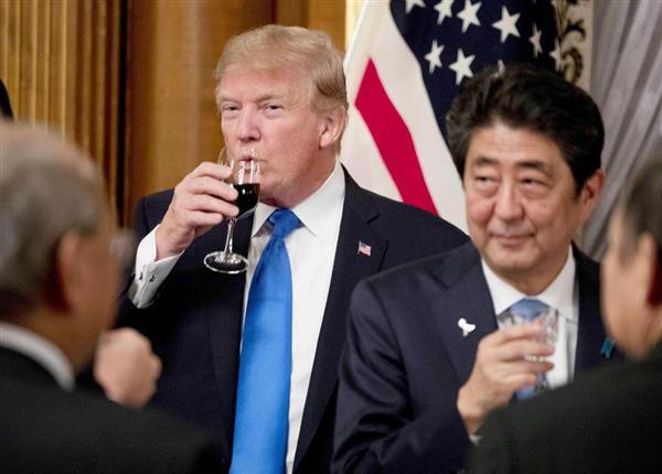 6日夜、夕食会で安倍首相(右)と乾杯したトランプ米大統領=東京・元赤坂の迎賓館(AP)