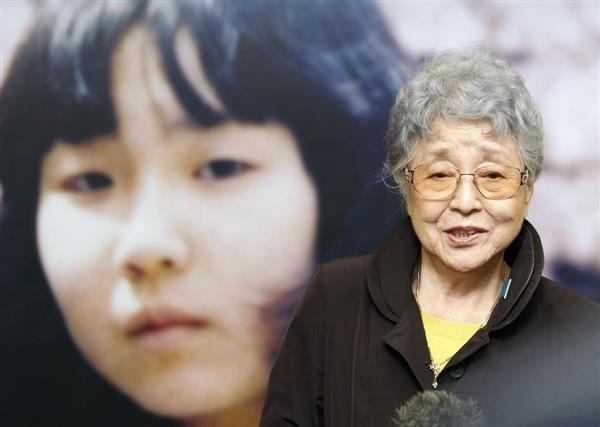 拉致被害者横田めぐみさんの写真展を訪れ、記者の質問に答える母の早紀江さん=7日午前、東京・新宿駅「メトロプロムナード」