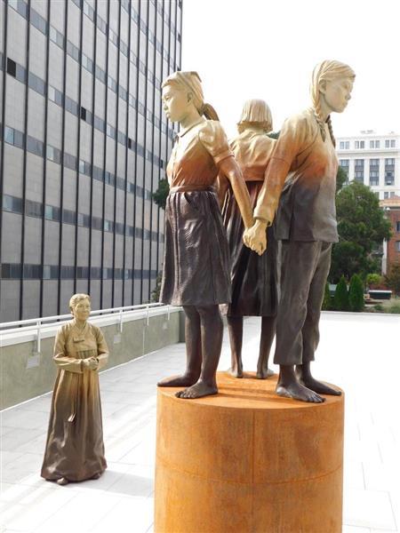 米サンフランシスコ市の公園に設置された慰安婦像。3人の女性が背中合わせに立ち、傍で慰安婦と見られる女性が見つめる構図となっている