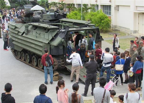 公開された米海兵隊の水陸両用強襲車には長蛇の列ができた=26日、那覇駐屯地(高木桂一撮影)