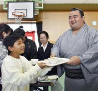九州北部豪雨の被災児童にちゃんこ鍋 琴奨菊と若手力士、福岡の小学校で振る舞う