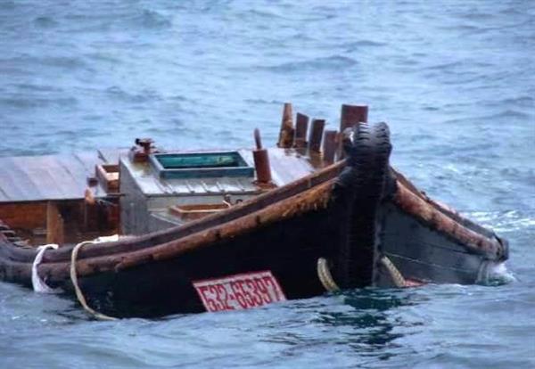 4日、新潟市西区の新川漁港沖で見つかった木造船。識別番号とみられる数字が確認された(新潟海上保安部提供)