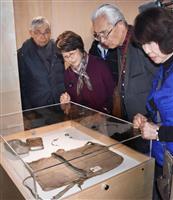 【ノーベル賞】被爆者ら平和賞展示視察 遺品のかばんやロザリオ