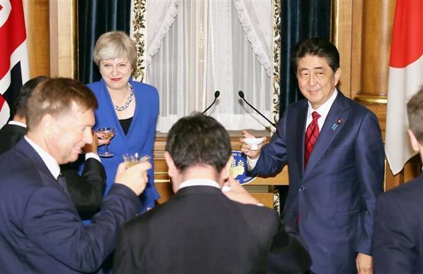 夕食会で英国のメイ首相(奥左)と乾杯する安倍首相(右)=8月31日午後、東京・元赤坂の迎賓館(代表撮影)