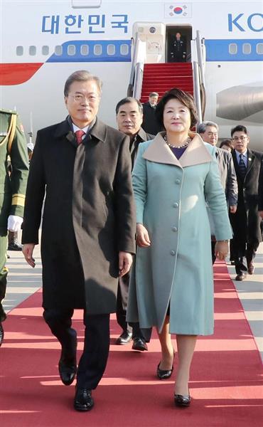 13日、北京の空港に到着した韓国の文在寅大統領(左)(聯合=共同)