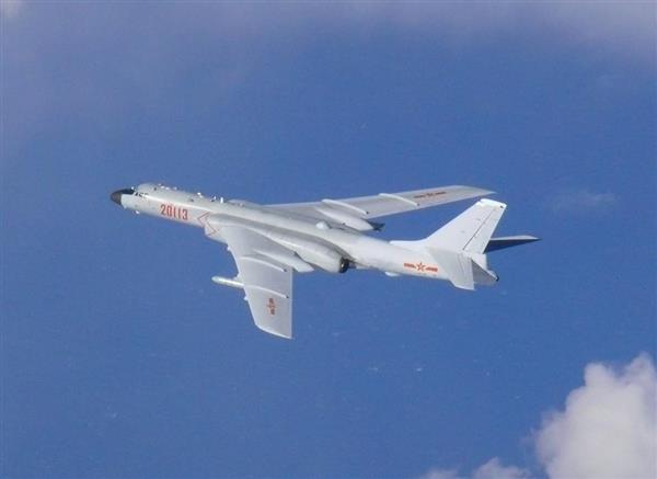対馬海峡を通過したことが確認された中国軍のH6爆撃機(防衛省統合幕僚監部提供)