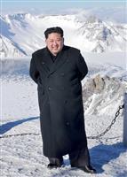 北朝鮮最高峰の白頭山に登頂した金正恩氏(朝鮮通信=共同)