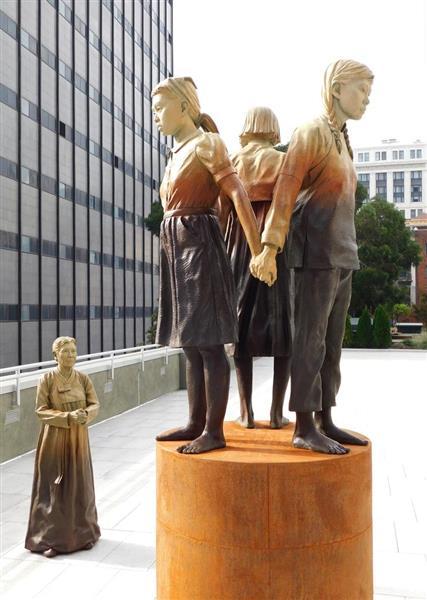 米カリフォルニア州サンフランシスコ市の中華街にあるセントメリーズ公園に設置された慰安婦像。3人の女性が背中合わせに立ち、傍で慰安婦と見られる女性が見つめる構図となっている=2017年11月22日、米カリフォルニア州サンフランシスコ市(住井亨介撮影)