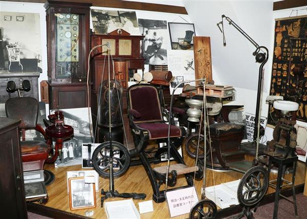 「歯の博物館」に展示されている明治・大正期の診察台や器具=横浜市中区