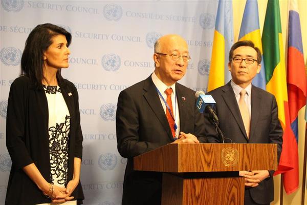 3月8日、ニューヨークの国連本部で北朝鮮問題に関して米韓の国連大使とともに会見を行う別所浩郎国連大使(中央)