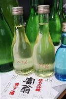 とろみを加えて飲み込みやすくした試作品の「嚥下酒」。高齢者らでも楽しめる日本酒を目指して作られた=京都市
