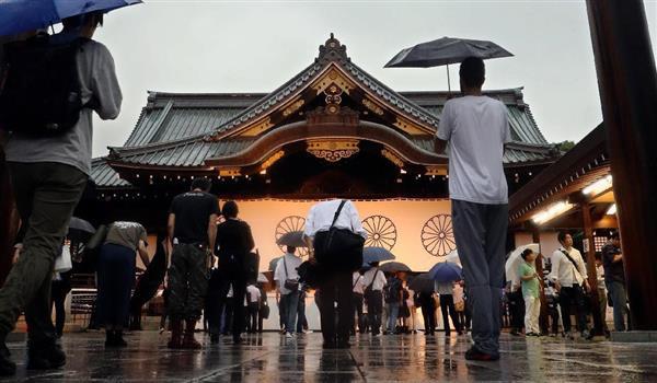 終戦の日を迎え雨の中、夕方になっても多くの参拝者が靖国神社を訪れた=8月15日、東京都千代田区(桐山弘太撮影)