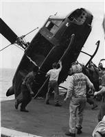 米強襲揚陸艦オキナワに着艦後、他機の着艦スペースを空けるため海へ投棄されるHU-1ヘリコプター(米海兵隊撮影)