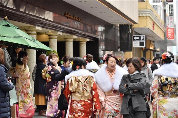 「はれのひ」が着付け会場として予定していた横浜市港北区のホテル前に集まる新成人ら=8日