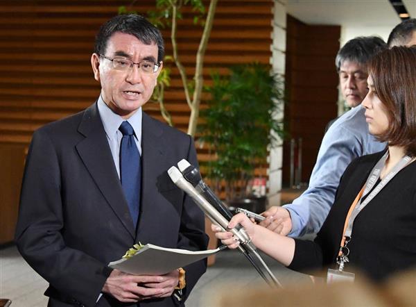 記者団の質問に答える河野太郎外相=9日午前、首相官邸(斎藤良雄撮影)