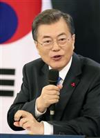 10日、ソウルの韓国大統領府で行った記者会見で、質問に答える文在寅大統領(聯合=共同)