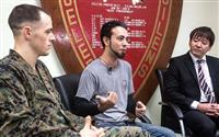 勲章を贈られた米海兵隊のアーロン・クランフォード中尉(左)と、救助された沖縄県民ら=8日、キャンプ・シュワブ(在日米海兵隊提供)