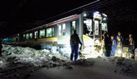 【JR信越線立ち往生】運転士が一人で除雪作業、乗客から「頑張れ!頑張れ!」とエール…ツイッターでの現場報告が話題に  ->画像>21枚