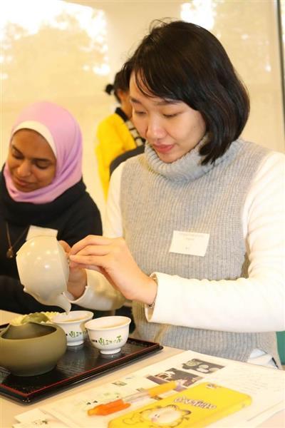 【滋賀】留学生が急須使ってお茶いれ 「砂糖なしでもおいしい!」 立命館大学・びわこキャンパス ->画像>23枚