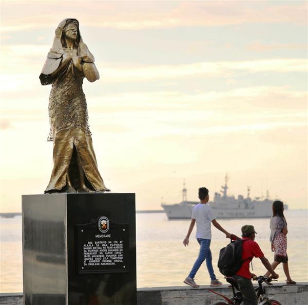 フィリピンのマニラ湾に面した遊歩道に建った慰安婦像