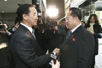 握手する韓国の趙明均統一相(左)と北朝鮮の李善権・祖国平和統一委員会委員長=9日、板門店(AP)