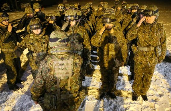 整列する陸上自衛隊員=23日午後、群馬県草津町(福島範和撮影)