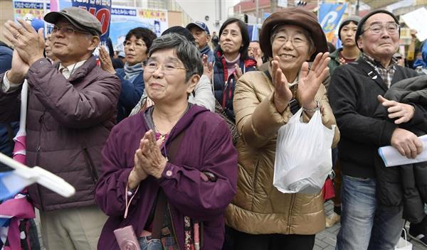 名護市長選の候補者の演説に拍手を送る聴衆=2日午後、沖縄県名護市