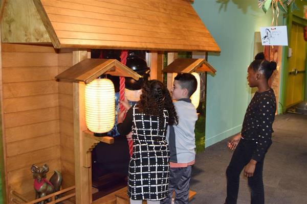 米ニューヨークの「マンハッタン子供博物館」で、展示された神社の模型を見る子供たち=1日(共同)