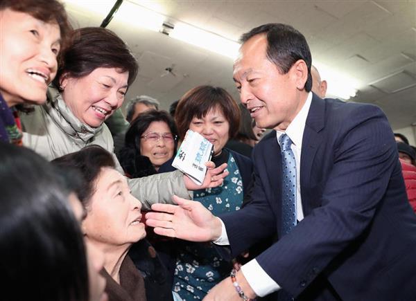 沖縄県名護市長選で初当選を決め、支援者らと喜ぶ渡具知武豊氏(右)=4日夜