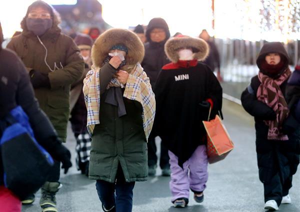 3日夜、平昌冬季五輪の開会式リハーサルを終え、会場を出る観客ら(聯合=共同)