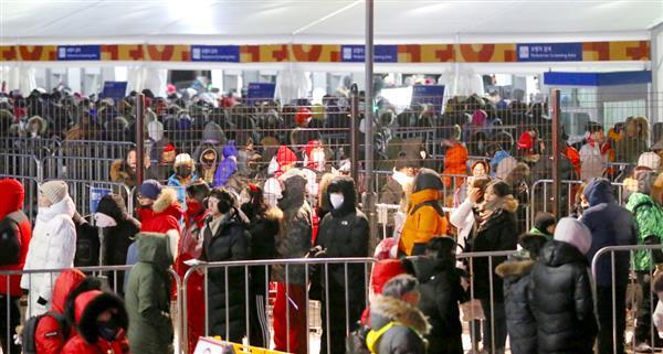 3日、平昌冬季五輪の開会式リハーサルで会場への入場を待つ観客たち(聯合=共同)