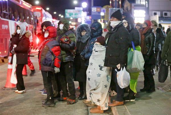 3日夜、平昌冬季五輪の開会式リハーサルを終え、帰りのバスを待つ観客ら(聯合=共同)