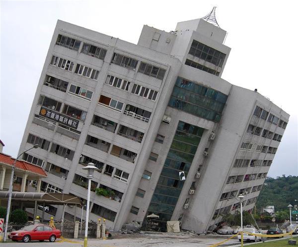 7日午前、台湾・花蓮市内で、6日深夜の地震で下層部が崩れた住居兼ホテル(田中靖人撮影)