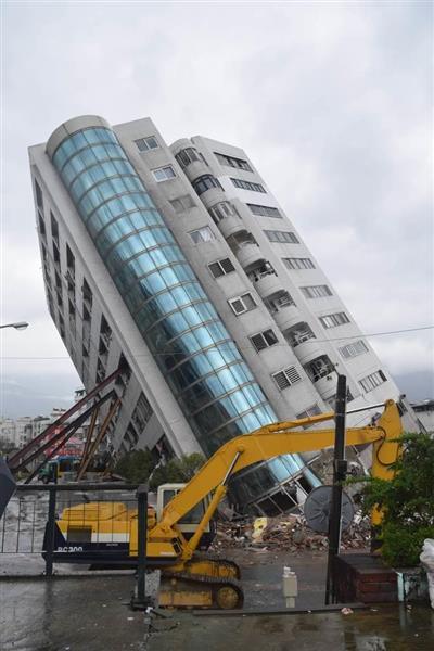 前日より傾斜が強まった12階建て集合住宅兼ホテル=8日午前、台湾・花蓮市(田中靖人撮影)