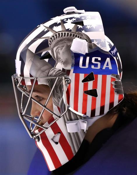 米国のアイスホッケー女子GKのヘルメットに描かれている「自由の女神像」(ゲッティ=共同)