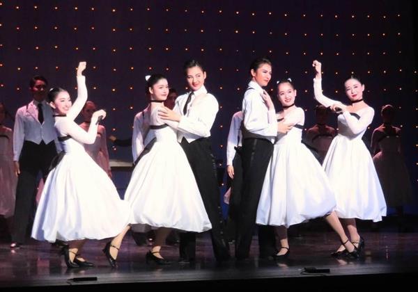 宝塚音楽学校の文化祭で、「宝塚メドレー」を披露した104期生たち。左から2人目は、星組娘役トップ、綺咲愛里の妹の三徳美沙子さん