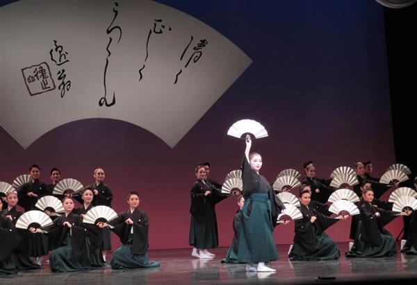 宝塚音楽学校の文化祭で、華麗な日本舞踊を披露する104期生たち