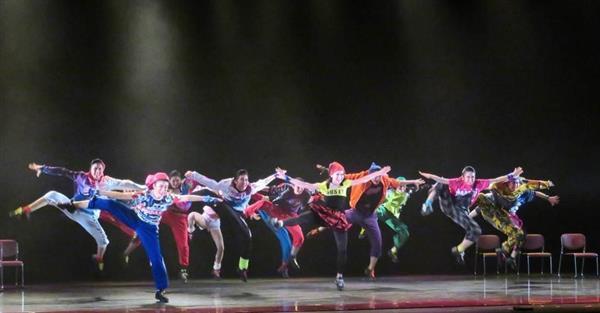宝塚音楽学校の文化祭で、エネルギッシュなダンスを披露し、技術の高さを見せた104期生たち