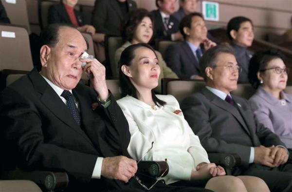 三池淵管弦楽団の公演を観覧し、涙を拭う北朝鮮の金永南・最高人民会議常任委員長(左端)=11日、ソウル(聯合=共同)