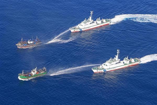 日本海の大和堆周辺海域で北朝鮮漁船に放水する海上保安庁の巡視船=平成29年10月上旬(海上保安庁提供)