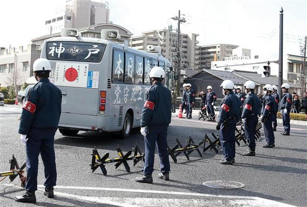 「竹島の日」記念式典会場の島根県民会館周辺ではトラブルを警戒し、ものものしい警備が敷かれた=22日午後、松江市