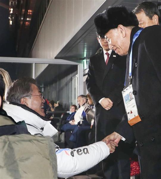 25日、平昌冬季五輪閉会式で握手する韓国の文在寅大統領(左)と北朝鮮の金英哲朝鮮労働党副委員長(聯合=共同)