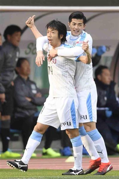 磐田-川崎の前半、先制ゴールを決め喜ぶ川崎・中村(左)=25日、静岡
