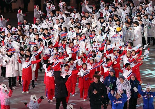 閉会式で入場する北朝鮮(手前)と韓国の選手団 =韓国・平昌五輪スタジアム(撮影・早坂洋祐)