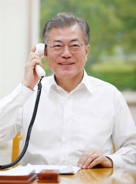 1日、トランプ米大統領と電話会談する韓国の文在寅大統領(韓国大統領府提供・共同)