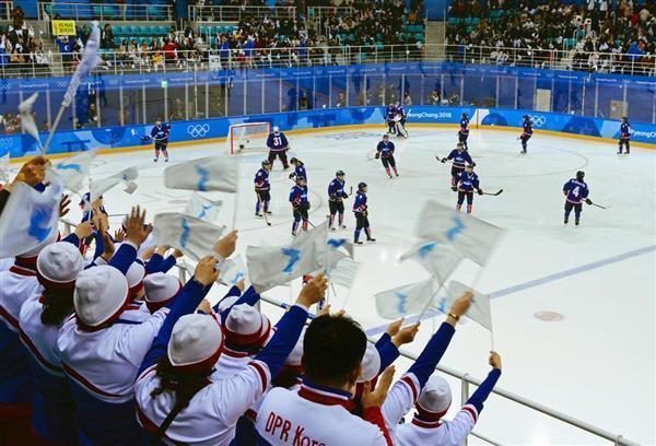 2月14日、アイスホッケー女子の南北合同チーム「コリア」に声援を送る北朝鮮の応援団=韓国・江陵(共同)