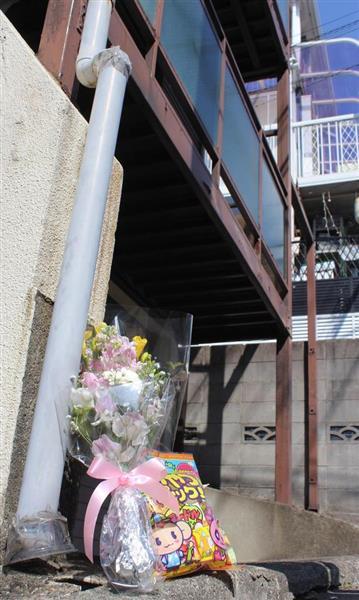 船戸結愛ちゃんが暴行を受けた現場アパートの前には、花やお菓子が供えられていた=4日、東京都目黒区