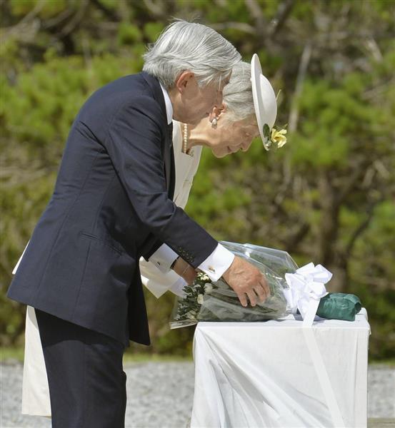 2014年6月、国立沖縄戦没者墓苑を訪れ、献花される天皇、皇后両陛下=沖縄県糸満市